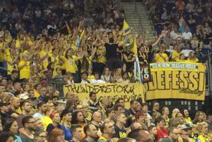 Fans der Oldenburger in Berlin ganz in Gelb. © 2018, Münzenberg Medien, Foto: Stefan Pribnow