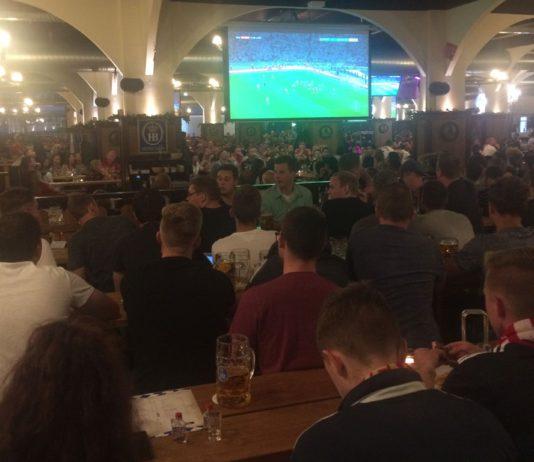 Fußball-Gucken im Hofbräu München, Wirtshaus Berlin.