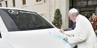 Ein Vito der Marke Mercedes-Benz und Papst Franziskus der Marke Römisch-katholische Kirche.