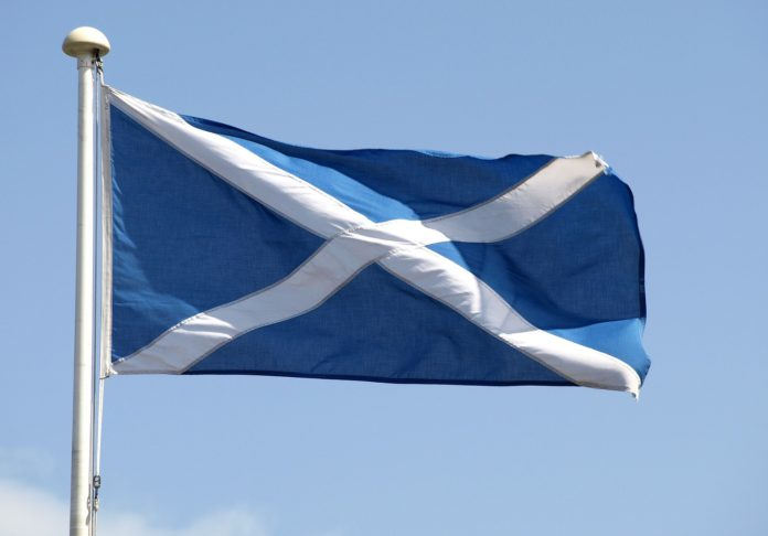 Eine schottische Flagge weht im Wind.