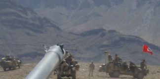 Australische Besatzungstruppen fahren in Afghanistan unter der Hakenkreuzfahne.
