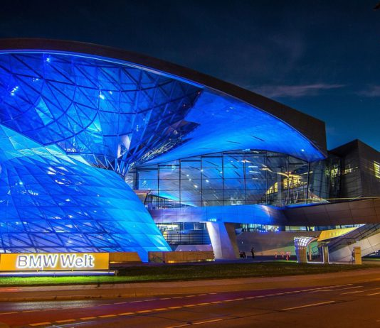 """""""BMW-Welt"""" im blauen Schein."""