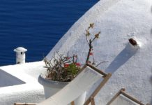 Zwei Liegestühle in Griechenland.