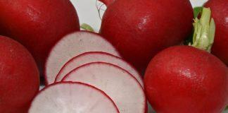 Radieschen, außen rot und innen weiß.