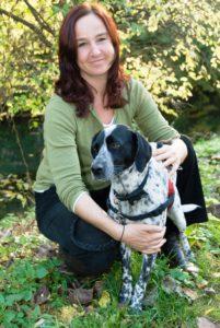 Christina Ledermann mit ihrer Mischlingshündin Leni (12) aus dem Tierschutz, mit der sie heute durch die Wälder zieht. © 2008, Christina Ledermann, BU: BU Bernd Paschel