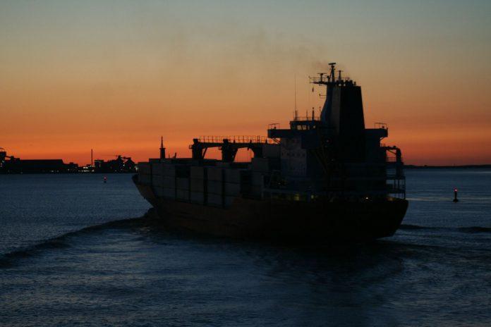 Ein Schiff auf der Elbe vor Brunsbüttel.