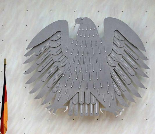 Bundesadler und Deutschlandfahne.