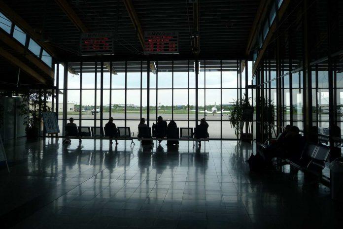 Wartn auf einem Flughafen.