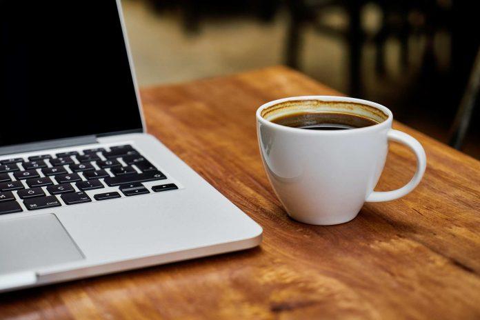 Kaffee und Laptop.