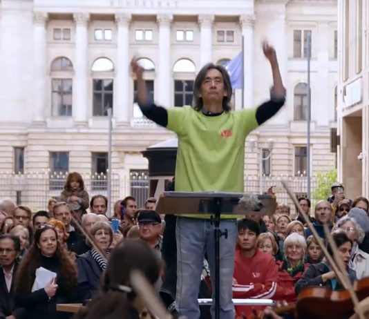"Kent Nagano dirigiert den ""Symphonic Mob"" am 16. Mai 2016 in Berlin."