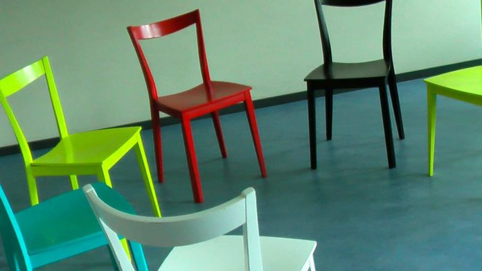 Ein Stuhlkreis.