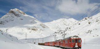 Ein Zug im Schnee der Schweiz.