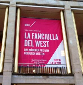 "Plakat zur Puccini-Oper ""La fanciulla del West"" in der Oper Leipzig."