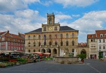 Vor dem alten Rathaus von Weimar.