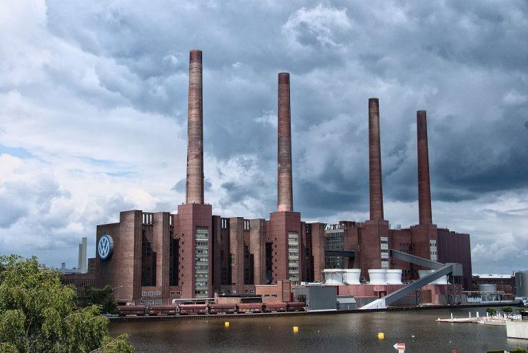 Volkswagen-Konzern in Wolfsburg senkt Umsatz- und Gewinnziele und verhängt ähnlich wie Verpackungskünstler Christo eine Veranstaltungshalle – Braunschweig, Stadt der Aktionskünstler