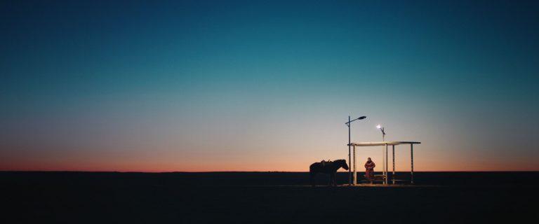 """Es hält ein Zug im Nirgendwo – Bildgewaltig und humorig: """"Öndög"""" von Wang Quanan zeigt Elementares im Wettbewerb der Berlinale"""